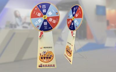 透過互動輪盤遊戲架能拉近與潛在客戶間的距離,透過遊戲與抽獎增添活動氣氛,使活動公關公司必勝器材。