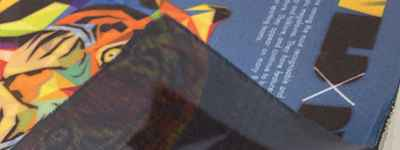 熱昇華單透布輸出後只呈現單面圖文效果。適用於紅布條製作、展覽佈置。搭配各式掛軸或配合旗杆、旗座配件、或後加工