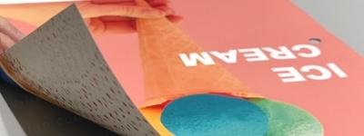 韌性強具有高遮光性,可雙面噴印且互不影響遮蔽性,並完整呈現圖面,色彩鮮豔飽和度佳,適合百貨商場使用