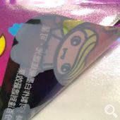 亮面透明貼紙基底為PVC,具有透明效果、耐磨抗刮、防水、撕不破等特性,適合貼在玻璃瓶或壓克力上可呈現產品本色,印刷後上亮膜可提升貼紙質感