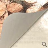 冷凍貼紙基底為聚丙烯薄膜,具有防水耐潮、撕不破等特性,採UV油墨印刷能維持均一穩定的色彩表現且油墨無滲透紙張的可能,同時能避免密度乾退以及色彩變淡等問題,背膠採特殊處理不易脫落,撕除時會殘膠難以完全去除
